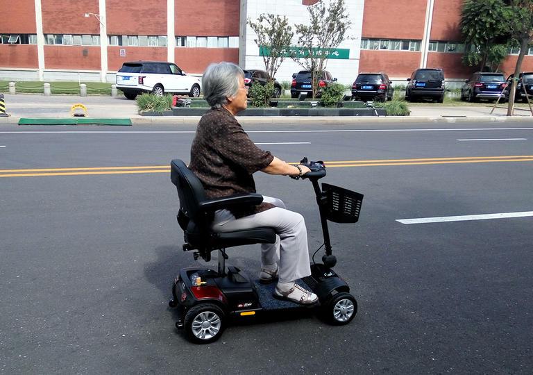 很多人的疑问——折叠老年电动代步车可以上路吗[元亨电动]