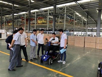 黄岛区整改小组领导实地考察残疾人代步车工厂[元亨电动]