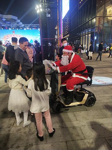 圣诞老人驾驶元亨电动代步车派送礼物啦!