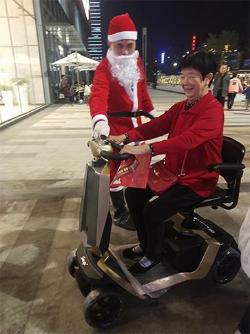 圣诞老人驾驶元亨电动代步车派发礼物了!