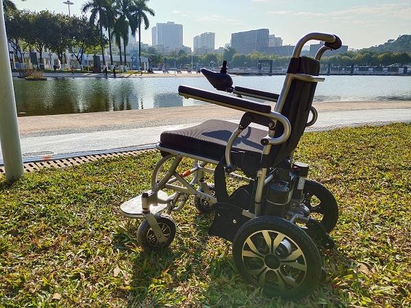 如何给老年人选择适合的电动轮椅【元亨电动】