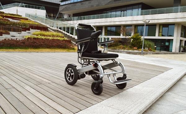 既能进超市商场还能上地铁飞机的折叠型电动轮椅【元亨电动】