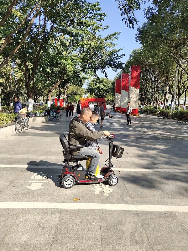 让老人骑元亨电动代步车出门,比蜗居在家会更有利于身心健康!