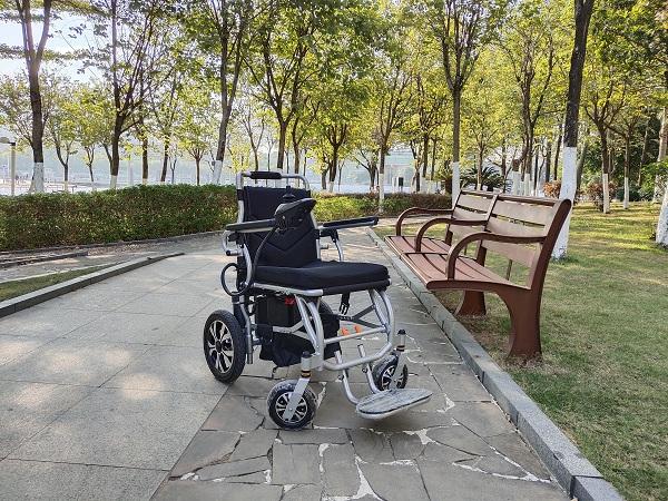 智能电动轮椅的充电器主要功能特点介绍【元亨电动】